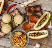 Festival av öl Varmkorvar hamburgare, grillfest Begrepp av att äta utomhus Arkivfoto