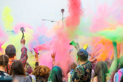 Festival av färger i Krakow Oidentifierat folk som dansar och firar under färgkastet, P Fotografering för Bildbyråer