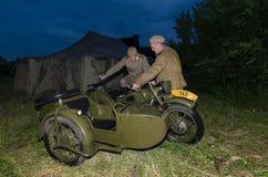 Festival av militär historia av Ryssland av XX århundradet Togliatti Juli 7, 2017 Soldat för röd armé på en motorcykel Royaltyfria Bilder