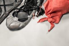 Festival Basque d'été de feria - chaussures d'abarka et symbole rouge d'écharpe Photographie stock