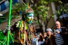 Festival 2019, calle Carnaval, tema fantástico de los mundos, retrato del limón de Menton del artista imagen de archivo