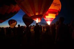 Festival chaud de ballons à air dans Pereslavl-Zalessky, vol de nuit de Yaroslavl Oblast dedans le 16 juillet 2016 Photos stock
