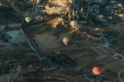 Festival chaud de ballons à air en parc national de Goreme, cheminées féeriques, image stock