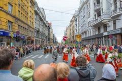 Festival choral, chanteurs à la rue, costume national et culture Image libre de droits