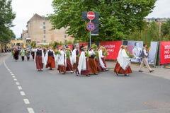 Festival choral, chanteurs à la rue, costume national et culture Image stock