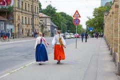 Festival choral, chanteurs à la rue, costume national et culture Photographie stock