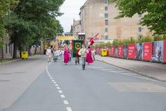 Festival choral, chanteurs à la rue, costume national et culture Photographie stock libre de droits