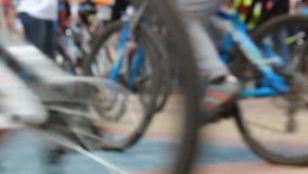 Festival da bicicleta Muitos ciclistas em uma área Multidão no sportswear Opinião de baixo ângulo Fundo Defocused video estoque
