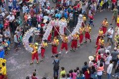 Festival da dança do dragão na rua Imagens de Stock Royalty Free