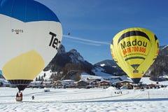 Festival de aerostación en las montañas austríacas en invierno blanco como la nieve imagenes de archivo