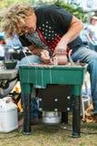 Festival de artes de Forms Clay Bowl With Hands At do artista da cerâmica fotografia de stock