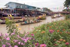 Festival de flottement de bougie de Chado de jeune homme, Thaïlande Photographie stock libre de droits