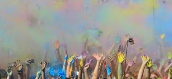 Festival de Holi con las manos coloridas Imagen de archivo libre de regalías