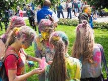 Festival de Holi en Rusia Gatchina En el verano 2017 La muchacha y el muchacho jovenes del color en Holi colorean festival en St  fotografía de archivo libre de regalías