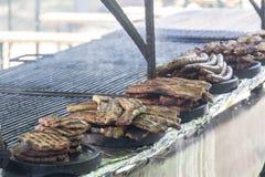 Festival de la barbacoa con las porciones de carne Fotos de archivo libres de regalías