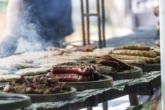 Festival de la barbacoa con las porciones de carne Fotos de archivo