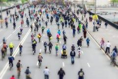 Festival de la bici de la ciudad Maratón de ciclo urbano total Los ciclistas van al puente, de nuevo a nosotros Concepto de forma Imagenes de archivo
