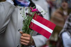 Festival de la canción y de la danza en Letonia Procesión en Riga Elementos de ornamentos y de flores Letonia 100 años Imagen de archivo