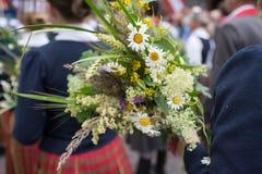 Festival de la canción y de la danza en Letonia Procesión en Riga Elementos de ornamentos y de flores Letonia 100 años Fotos de archivo