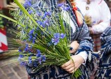 Festival de la canción y de la danza en Letonia Procesión en Riga Elementos de ornamentos y de flores Letonia 100 años Fotografía de archivo