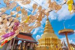 Festival de la ejecución de la linterna de papel con el fondo de oro de la pagoda en Wat Phra That Hariphunchai Lamphun Fotografía de archivo libre de regalías