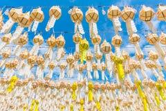 Festival de la ejecución de la linterna de papel en Wat Phra That Hariphunchai Imágenes de archivo libres de regalías
