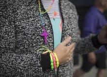 Festival de la fierté le 19 août 2017 LGBT de Doncaster, bracelets de poignet, bracel Photographie stock libre de droits