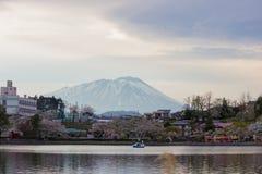 Festival de la flor de cerezo en el parque de Takamatsu, Morioka, Iwate, Tohoku, Japón en April27,2018: Riegue las bicis en la ch imágenes de archivo libres de regalías