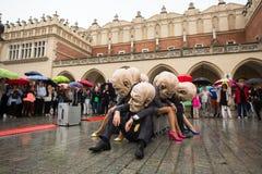 Festival de la noche del teatro de Kraków - KTO Teatre Peregrinus, escrito por J Zon en plaza del mercado principal Fotografía de archivo libre de regalías