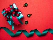 Festival de la tarjeta del día de San Valentín, caja de regalo del Año Nuevo con la cinta roja CCB rojo Imágenes de archivo libres de regalías