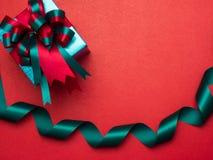 Festival de la tarjeta del día de San Valentín, caja de regalo del Año Nuevo con la cinta roja CCB rojo Fotografía de archivo libre de regalías
