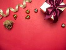 Festival de la tarjeta del día de San Valentín, caja de regalo del oro del Año Nuevo con la cinta roja Rojo Imagen de archivo libre de regalías
