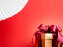 Festival de la tarjeta del día de San Valentín, caja de regalo del oro del Año Nuevo con la cinta roja Rojo Fotos de archivo libres de regalías