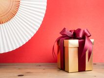 Festival de la tarjeta del día de San Valentín, caja de regalo del oro del Año Nuevo con la cinta roja Rojo Imagen de archivo