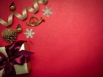 Festival de la tarjeta del día de San Valentín, caja de regalo del oro del Año Nuevo con la cinta roja Rojo Fotos de archivo