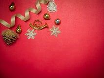 Festival de la tarjeta del día de San Valentín, caja de regalo del oro del Año Nuevo con la cinta roja Rojo Imagenes de archivo