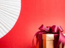 Festival de la tarjeta del día de San Valentín, caja de regalo del oro del Año Nuevo con la cinta roja Rojo Imágenes de archivo libres de regalías