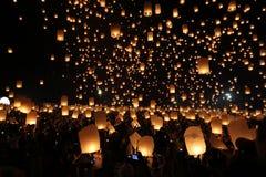 Festival de lanterna de flutuação em Tailândia foto de stock royalty free