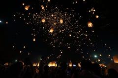Festival de lanterna de flutuação em Tailândia imagem de stock