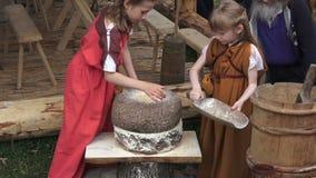 Festival de las épocas y de las épocas en Kolomenskoe en Moscú, Rusia Época antigua de Rus de la reconstrucción Pulido experiment almacen de video