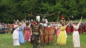 Festival de las épocas y de las épocas en Kolomenskoe en Moscú, Rusia Reconstrucción de la época del imperio de Roma El luchar de metrajes