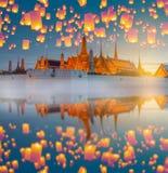 Festival de linterna de Yingpeng con el templo tailandés de Landmarked foto de archivo libre de regalías