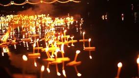 Festival de Loi Krathong dans Chiangmai, Thaïlande Mille de flotter les paniers et les bougies décorés au respect de salaire à la banque de vidéos