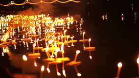 Festival de Loi Krathong em Chiangmai, Tailândia Mil de flutuar cestas e velas decoradas ao respeito do pagamento à deusa do rio filme
