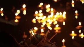 Festival de Loi Krathong em Chiangmai, Tailândia Mil de flutuar cestas e velas decoradas ao respeito do pagamento à deusa do rio video estoque