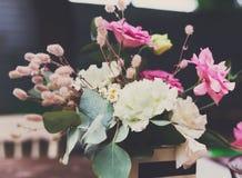 Festival de los alimentos de preparación rápida de la calle, florero con las flores en la tabla Imágenes de archivo libres de regalías