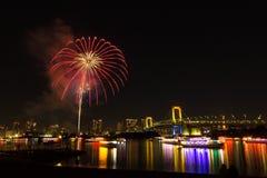 Festival de los fuegos artificiales de la bahía del odaiba de Tokio Fotos de archivo