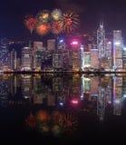 Festival de los fuegos artificiales sobre la ciudad de Hong Kong con la reflexión del agua Imagen de archivo libre de regalías