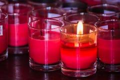 Festival de luzes Luz bonita da vela Foco seletivo no primeiro plano de muitos velas de queimadura do tealight Banguecoque, Tail? fotos de stock royalty free