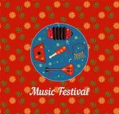 Festival de m?sica Cartel rojo del cuadrado con el estampado de flores Arpa, balalaica, traqueteo, sinfon?a popular rusa de la ar stock de ilustración